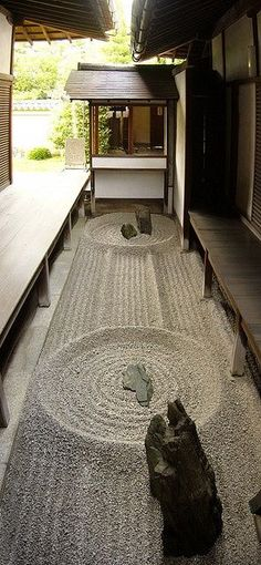 There is a small 'karesansui'(枯山水)Zen rock garden in the middle of this temple (Kyoto, Japan) Japanese Design, Japanese Art, Japanese Gardens, Zen Gardens, Japanese Style, Japanese Interior Design, Formal Gardens, Traditional Japanese, Modern Design