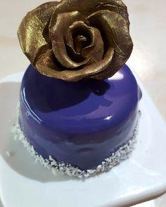 Instagram: petraevelin #brownie #biscuit #raspberry #darkchocolate #mousse #mirrorglaze #paris #mini #meringue #homemade #homebaked #modelingchocolate #gold #rose
