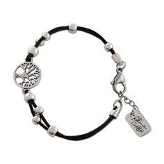 PULSERA Abrazar al Árbol de la Vida Para la cultura Celta el Árbol de la Vida es un símbolo de gratitud. Un homenaje a la tierra y a la existencia. Abrazar al Árbol de la Vida es una invitación al disfrute y a la plenitud. ¿Te apuntas? Realizada con cuero negro y bolitas bañadas en plata de 6 micras. Una bella pieza principal en zamak: el árbol de la vida.