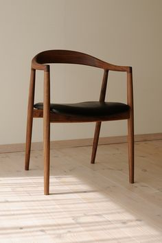 hataチェア(宮崎椅子製作所) / カグオカ Wood Chair Design, Wood Design, Furniture Design, Bar Chairs, Dining Chairs, Contemporary Home Furniture, Interior Design, Home Decor, Woodworking Projects