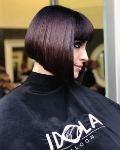 Really nice blunt, a-line bob with blunt, straight bangs Reverse Bob, Medium Hair Styles, Curly Hair Styles, Inverted Bob Hairstyles, Braided Hairstyles, Wedding Hairstyles, Bob Haircuts For Women, Pixie Haircuts, Bob Haircut With Bangs