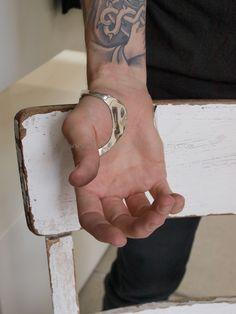 Yohan Serfaty - hecho a mano, mano de plata perforada ...   cicatrices, imperfecciones, y el fracaso.