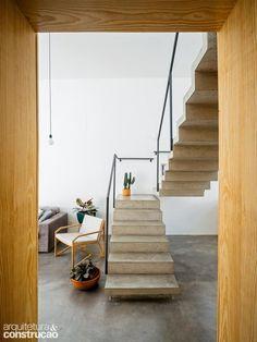 A escada separa a cozinha da sala de forma discreta e casual. (Divulgação/Pedro Kok)