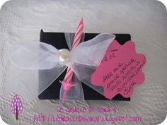 Pacco regalo con nastro di organza, perla e candelina