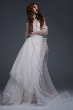 See the Vera Wang Bride Spring 2018 Collection of wedding gowns. The Vera Wang Bride Spring 2018 Collection has classic & modern wedding gowns by Vera Wang. Vera Wang Wedding Gowns, Vera Wang Bridal, Lace Wedding Dress, Fall Wedding Dresses, Bridal Dresses, Lace Bride, Ivory Wedding, Winter Dresses, Ball Dresses