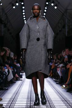 A cocoon coat | Balenciaga Fall 2015 (Photo: Nowfashion)