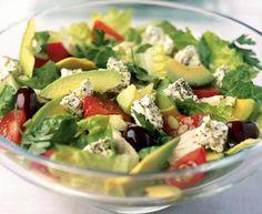 Sałatka z rukolą, awokado, oliwkami, pomidorkami i serem pleśniowym.
