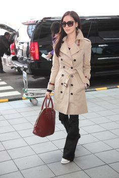 Taiwanese socialite Aimee Sun in Taiwan Taoyuan International Airport on the way to attend #LFW, wearing Burberry trench coat and Orchard bag. 台灣名媛孫芸芸現身於台灣桃園國際機場,穿著Burberry風衣和Orchard系列包款,出發前往倫敦時裝周 #LFW
