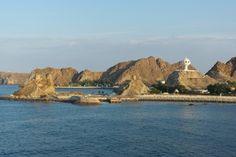 Beeindruckender Weihrauchkessel: Blick auf den weißen Turm der Hauptstadt Maskat