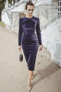 Бархатное платье-футляр с шестигранным декольте и рельефами
