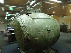 「き神鼓」(きじんこ)です。高さ82センチメートルで、いまから三千数百年前に繁栄した商(殷)の時代の作