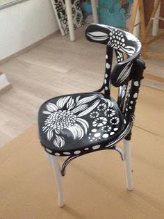 Silla policromada en blanco y negro, pintada totalmente a mano y posteriormente lacada. EL diseño, como siempre un estampado exquisito de La Jirafa Proyectos Artísticos
