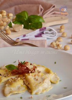 Mezzelune al caprino con pesto di nocciole e speck croccante Pesto, Macaroni And Cheese, Chicken, Ethnic Recipes, Food, Gourmet, Mac And Cheese, Essen, Meals