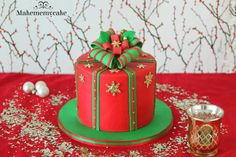 This crhistmas gift box is perfect for the holidays. In my website you can find the whole tutorial of this cake. Christmas Themed Cake, Christmas Cake Designs, Christmas Cupcakes Decoration, Christmas Gift Box, Christmas Candy, Christmad Gifts, Cake Pops, Gift Box Cakes, Galaxy Cake