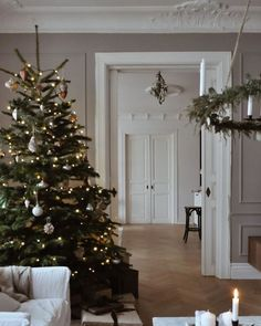 20 tips will help you improve the environment in your bedroom . (Read more). Yep definitely got that Christmas feeling going on. Simple and elegant by . Boho Chic Living Room, Decor Home Living Room, Bedroom Decor, Christmas Feeling, Interior Decorating, Interior Design, Living Room Pictures, Diy Home Decor Projects, Bath Decor