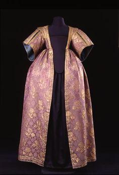 Female overskirt from 1630, violet damask italian silk.
