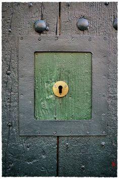Petites ouverture dans des portes, dont l'utilité m'échappe … (Aix-en-Provence). http://jarrimimram.tumblr.com