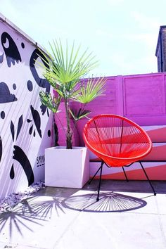 Bright pink fence with graffiti wall. Orange chair and potted plants. Great idea for small courtyard gardens. Small Courtyard Gardens, Small Courtyards, Small Gardens, Pink Garden, Colorful Garden, Summer Garden, Outdoor Mirror, Outdoor Lighting, Garden Mural