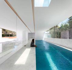 Ce long couloir de nage a trouvé toute sa place dans cet espace dédié, vitré des deux côtés. Une #vraie piscine d'intérieur bien ouverte sur l'extérieur. @vivremapiscine