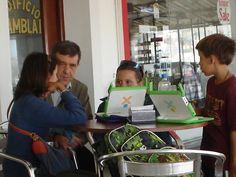 José Armando Valente ouvindo, observando e entrevistando alunos e a mãe dessas crianças que utilizam laptops educacionais do Plan Ceibal na cidade beira-mar de Piriapólis, do Uruguai | O programa digital pedagógico desse país permite que os alunos levem os devices para casa, um principio de mobilidade do projeto || Foto: Pedro Andrade (arquivo pessoal de viagem)