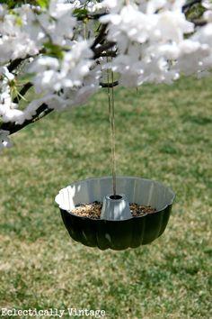 Bundt Pan Bird Feeder - and the simplest way to hang it! Outdoor Crafts, Outdoor Projects, Garden Crafts, Garden Projects, Diy Projects, Patio Pergola, Backyard, Diy Bird Feeder, Dream Garden