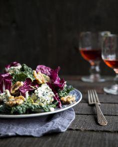 Lacinato kale & blue cheese salad. http://www.jotainmaukasta.fi/2015/09/17/sinihomejuustosalaatti/