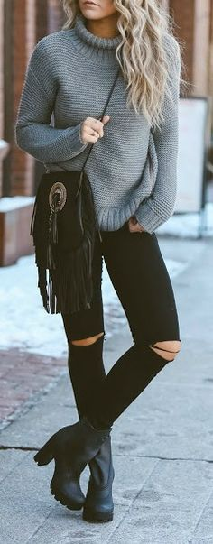 Pantalon negro rajado con suéter, botas de tacón