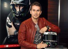 El piloto Jorge Lorenzo posa junto a su casco. Entrevista en El Mundo