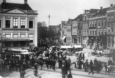 Marktdag op de Grote Markt gezien uit het zuidoosten. Links 'De Hrmonie' en aan de Melkmarkt Café Restaurant het Poolsch Koffiehuis. De afbeelding is gebruikt voor PBKR1481.