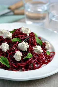 Beetroot Ribbon Salad with Mint & Cashew Cheese - Salat Beetroot Recipes, Raw Food Recipes, Salad Recipes, Vegetarian Recipes, Cooking Recipes, Healthy Recipes, Pan Comido, Spiralizer Recipes, Pasta
