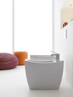 Il bidet a pavimento e il vaso con scarico verticale Tiber di Roca sono realizzati in porcellana