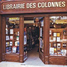 Librairie des Colonnes, Tánger, Marruecos. Columnas rojas y mucha madera son el escenario de una enorme variedad y cantidad libros en francés, inglés y español.. Un remanso en una ciudad ruidosa y trajinada.