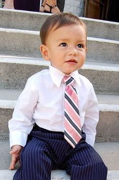 Tutorial: Making a Boy's Tie from a Man's Tie . Free tutorial with pictures on how to make a neck tie in under 20 minutes by sewing with sewing machine, elastic, and needle & thread. Sewing For Kids, Baby Sewing, Toddler Ties, Baby Tie, Baby Vest, Baby Baby, Make A Tie, Old Ties, Diy Bebe