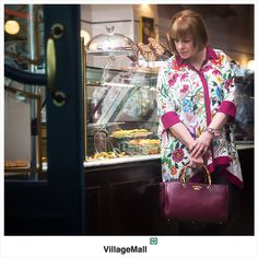 Inspire-se! O look de hoje da nossa consultora de moda, Cris Pinheiro Guimarães, traz uma camisa de seda, pulseira e bolsa Gucci. Na foto, a nossa cliente Mery Bucker. O clique é do fotógrafo Miguel Sá.