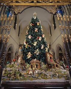 §§§ . Christmas Tree with Neapolitan Crèche. 18th-19th century. The Metropolitan Museum of Art, NYC