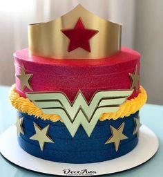 Se engana quem acha que um bolo da Mulher Maravilha é coisa de criança. A amazona da DC Comics ganhou o coração de jovens e adultos lutando contra o mal e representando toda a força feminina. Que tal um bolo da personagem para comemorar e celebrar a super-heroína que existe em você? Dá uma olhada […] O post Bolo da Mulher Maravilha: 50 ideias para uma supercomemoração apareceu primeiro em Tua Casa. Wonder Woman Birthday Cake, Wonder Woman Cake, Wonder Woman Party, Adult Superhero Party, Superhero Cake, 6th Birthday Parties, Baby Birthday, Anniversaire Wonder Woman, Mom Cake