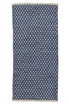 Et slidstærkt tæppe i smukt materialmiks med vævet mønster. <br><br>For øget sikkerhed og komfort, brug et skridsikkert underlag, som holder dit tæppe på plads. Skridsikre underlag findes i flere forskellige størrelser. <br><br>80% bomuld, 20% jute<br>Støvsugning/skumrens