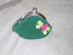monedero vintage a crochet en verde con lacito pistacho y boton-osito fucsia