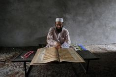 A man reads the Koran at Jamia Ashrafia mosque during the holy fasting month of Ramadan in Peshawar, July 29, 2012.   REUTERS/Fayaz Aziz