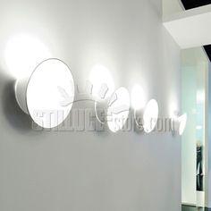 Luceplan Ecran Parete apparecchio a parete di lieve forma ellittica che integra doppi effetti luminosi di luce diffusa sia diretta sia indiretta creati da una alogena energy saver.  Colore: bianco.