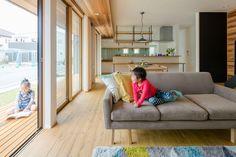 お庭からの光をいっぱいに入れる大きな掃き出し窓のあるリビング #ルポハウス #設計事務所 #工務店 #設計士 #注文住宅 #デザイン住宅 #自由設計 #マイホーム #お家 #新築 #家づくり #間取り #施工事例 #滋賀 #おしゃれな家 #インテリア #掃き出し窓 #ウッドデッキ