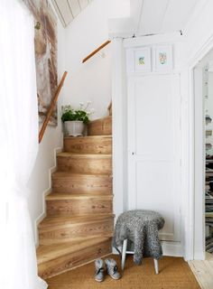 Beautiful wooden stairs are original to this charming restored Swedish cottage built in 1720 (Arrrgh. And its for sale. If only we could cough up a spare (via Västra Trädgårdsgatan 13 Nyköping - Svensk Fastighetsförmedling) Swedish Cottage, Cottage Style, Farmhouse Style, Cottage Staircase, Winder Stairs, Wooden Staircases, Stairways, Interior Stairs, Dream Decor