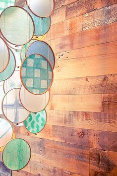布を張った刺繍枠を糸でつないでモビールに。風の流れる玄関や吹き抜け、窓のそばなどに置けば、美しい揺れ感が楽しめます。