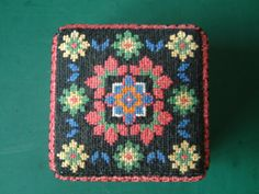 Russian Box. Cross stitch worked on 18-count Aida evenweave fabric. Lid detail.