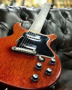 Look at these electric gibson custom les paul. Guitar Body, Music Guitar, Cool Guitar, Acoustic Guitar, Rare Guitars, Gibson Guitars, Vintage Electric Guitars, Vintage Guitars, Gibson Les Paul Jr