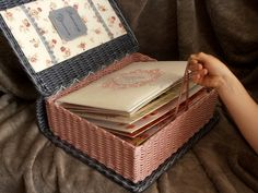 Tkactwo z gazet Paper Furniture, Wicker Furniture, Baskets On Wall, Wicker Baskets, Newspaper Crafts, Newspaper Basket, Paper Weaving, Cardboard Paper, Sewing Baskets