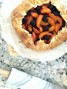 ABRIKOZEN-BRAMEN-TAART (BEVAT BIJNA GEEN SUIKER EN ZIT BOORDEVOL VERS FRUIT!) ● Een taartje dat weinig suiker bevat, maar wel heel veel vers fruit! De bodem maak je eenvoudig zelf van ingrediënten die je standaard in huis hebt.  De vulling bestaat uit niet veel meer dan vers fruit... Recept >> http://hallosunny.blogspot.nl/2016/06/abrikozen-bramen-taart-bevat-bijna-geen.html
