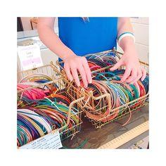 """Envie de vous lancer dans la création de bracelets en cuir ? Passez-nous rendre visite à la boutique @perlescorner☺ Ou bien rendez-vous sur le site dans la catégorie """"Tout pour le cuir"""" 😍 Vous pourrez y découvrir de nombreux Tutoriels ainsi que toutes les fournitures classées par tailles de cuir 😉 Lien dans la Bio ☝  #perlescorner #leather #fashion #handmade #style #paris #leathergoods #accessories #ootd #leathercraft #oberkampf #jewelry #bijoux #bijouxaddict #parisienne #perles… Bracelet Cuir, Bijoux Diy, Ainsi, Creations, Boutique, Bracelets, Style, Tutorials, Beads"""