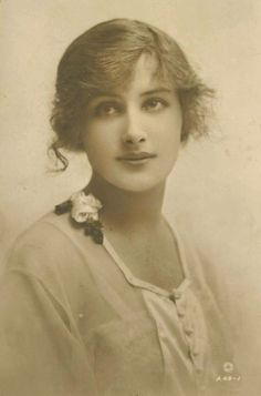 40 Stunning Portrait Photos of Beautiful Young Women From the Turn of the Century ~ vintage eve Antique Photos, Vintage Pictures, Vintage Photographs, Old Pictures, Vintage Images, Old Photos, Pose Portrait, Portrait Photo, Best Beauty Tips