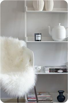 wit - nepbont - woonaccessoires - pronkkast - interieur - decoratie - faux fur rug - teapot light - white - shelves - homedecor - interior